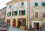 Location vacances Suvereto - Studio with vaulted ceiling in the historic center-1