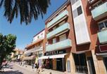 Location vacances Calella - Three-Bedroom Apartment in Calella-1