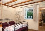 Location vacances Makarska - Apartment optimist/old house-1