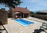 Location vacances Skradin - Holiday Home in Bogatic with Three-Bedrooms 1-3