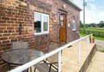 Location vacances Stoke-on-Trent - Chestnut Cottage-1