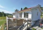 Location vacances Stenungsund - Three-Bedroom Holiday Home in Hjalteby-1