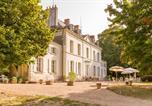 Camping avec Piscine couverte / chauffée Loches - Castel Le Petit Trianon de Saint Ustre-2